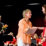 Schulleiterin Silke Brandes überreicht Kerstin Brinkert das beste Abiturzeigniss (1,0) des ganzen Jahrgangs.  Links im Bild: Koordinator Reiner Macher.