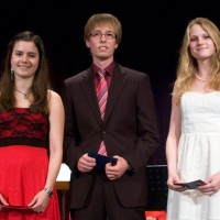 Die besten Abi-Noten erzielten (von links): Kerstin Brinkert (1,0), Christian Grimm (1,1) und Carolin Anderson (1,2)