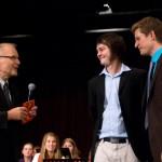 Herr Meine überreicht Hannes Kühn und Jonas Smietana einen Preis für ihr herausragendes soziales Engagement.