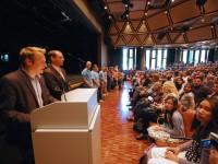 Jahrgangsleiter Klaus Perk und Thilo Lausecker (von links) rufen die Namen der neuen Fünftklässler auf